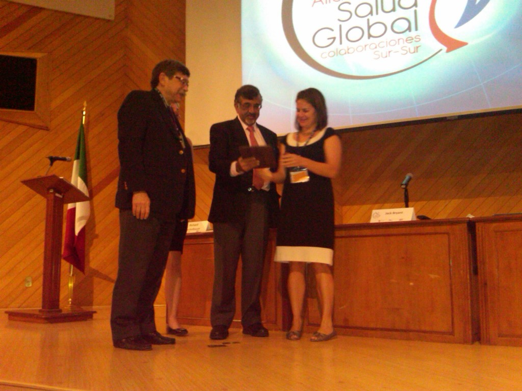 Dr Jessica Evert Receiving Special Award at Global Health Conference in Mexico